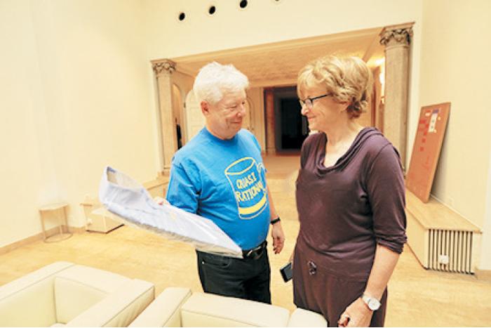 تجارت- فردا-   تیلر با همسرش درمورد انتخاب پیراهنش برای مراسم نوبل  تصمیم میگیرد.