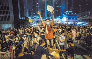 معترضان در میدان دموکراسی